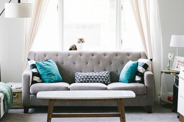 Kauniit koristetyynyt tekevät sohvasta houkuttelevan näköisen.