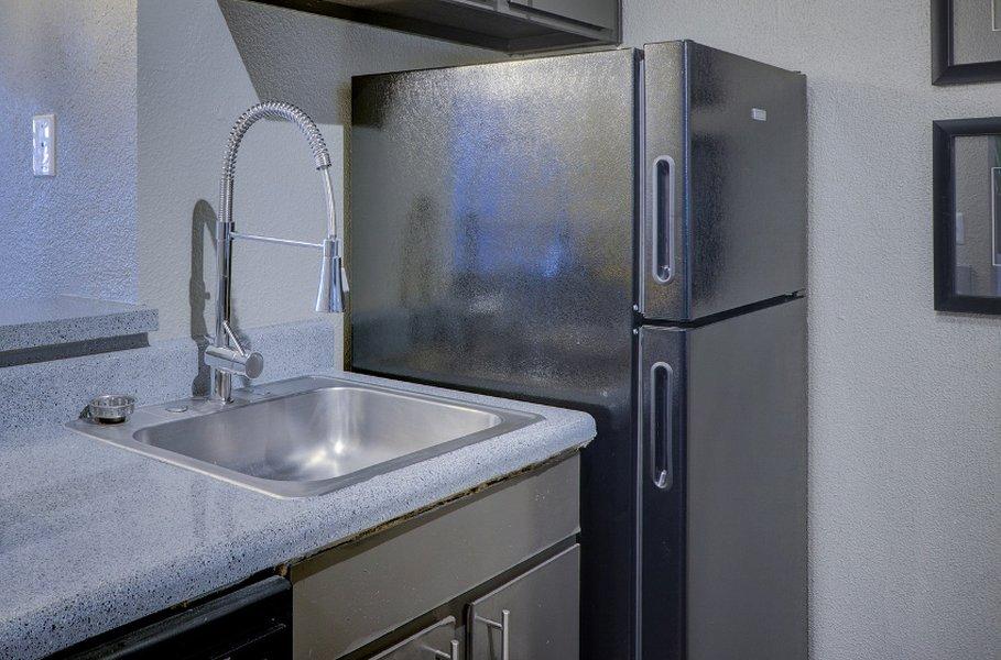 Jääkaappeja ja pakastimia saa kalusteisiin integroituna sekä sisutukseen sopivina vaihtoehtoina. Rosteripinta on valkoisen ohella hyvin suosittu vaihtoehto.