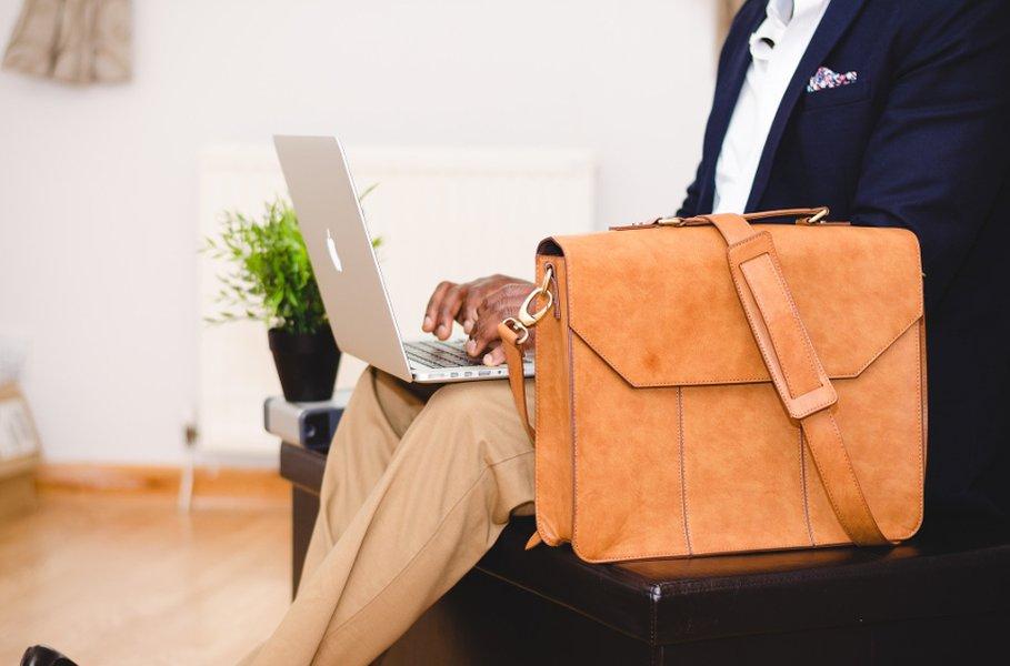 Tietokonelaukku on tyylikäs matkakumppani töihin ja vapaa-ajalle.