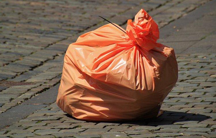 Jätteiden lajittelua helpottavat jätesäkit sekä erilaiset roskapussit.