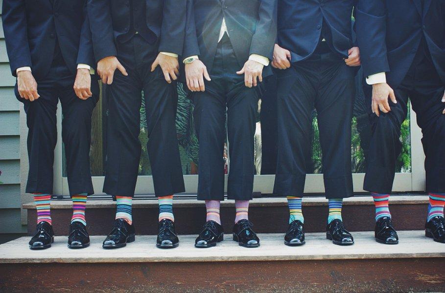 Etiketin mukaan sukkien tulisi olla väriltään samat kuin päällä olevat housut tai kengät. Tämän pukeutumissäännön rikkominen tuo kuitenkin särmää vaatetukseen.
