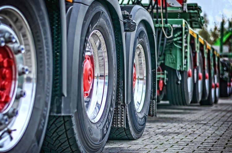 Kuorma-auton renkaat joutuvat paitsi suuren massan kuormittamiksi, myös kovaan kulutukseen usein haastavissakin olosuhteissa.