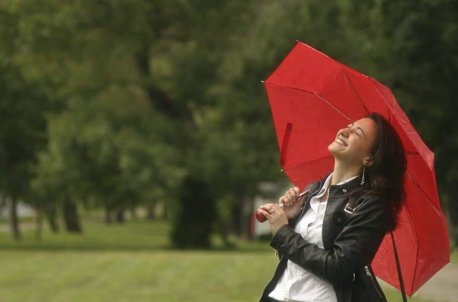 Jos sääolosuhteet vaihtelevat, sateenvarjoa on helpompi kuljettaa mukanaan kuin täyttä sadevarustusta.