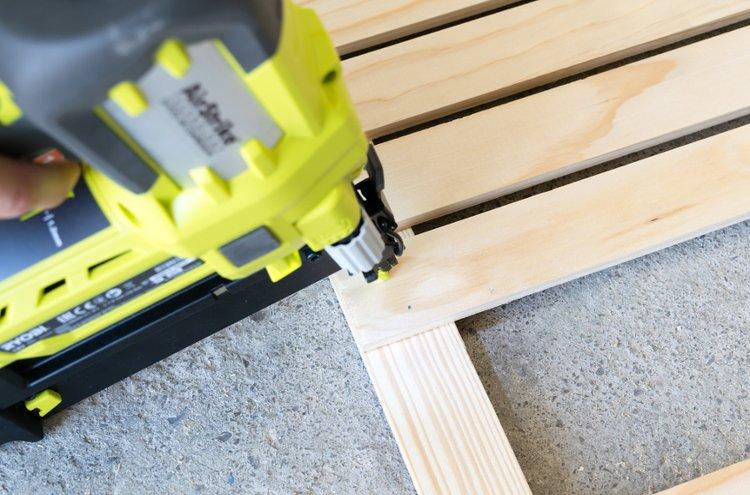 Paineilmakoneiden, esimerkiksi naulaimen avulla työskentely rakennuksilla on helppoa ja nopeaa.