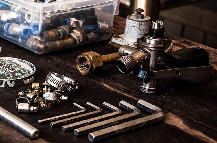 Vääntimet ja avaimet kuuluvat olennaisena osana jokaisen hanslankarin työkalupakkiin. L-kirjaimen mallisilla kuusiokoloavaimilla tumpelokin saa kaupan levypintaiset kalusteet koottua nopeasti ja näppärästi.