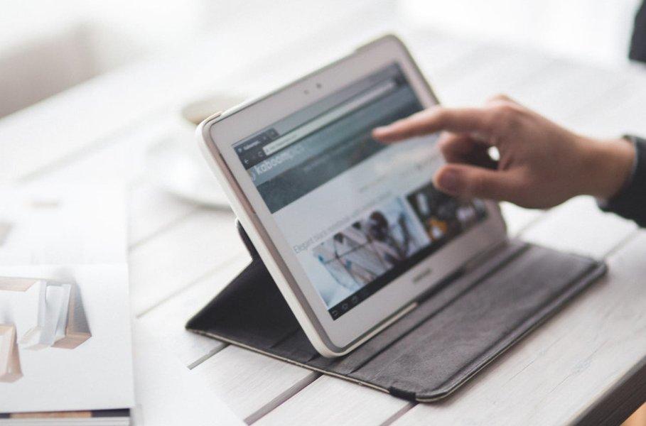 Netistä on saatavilla tablet tietokoneisiin monenlaisia tarvikkeita ja lisälaitteita, joilla voi laajentaa niiden käyttömahdollisuuksia ja pidentää niiden käyttöikää suojaamalla niitä käytössä tulevilta kolhuilta ja naarmuilta.