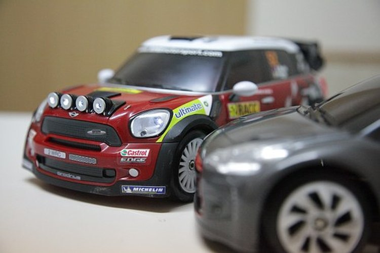 Vauhdikkaat autot sekä autoradat ovat parhaita lahjoja lapsille.