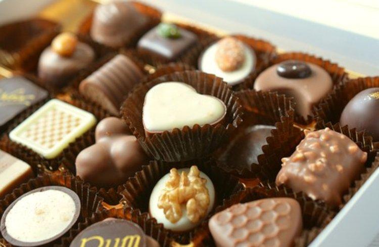 Suussa sulavat suklaakonvehdit ovat juhlavia herkkuja.