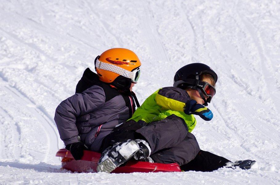 Lapset ja nuoret pysyvät parhaiten lämpiminä harkitulla kerrospukeutumisella. Pukeutuminen lähtee vaatteiden alle sujahtavasta urheilukerrastosta.