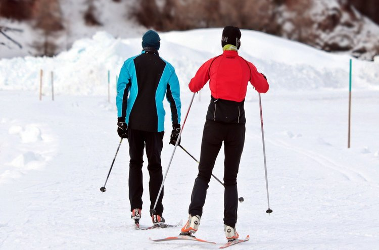 Naisten ulkoilu- ja kuorihousuissa riittää valinnanvaraa niin väreissä kuin malleissakin. Urheilu tyylikkäissä ja hyvin istuvissa vaatteissa on monin kerroin nautinnollisempaa!