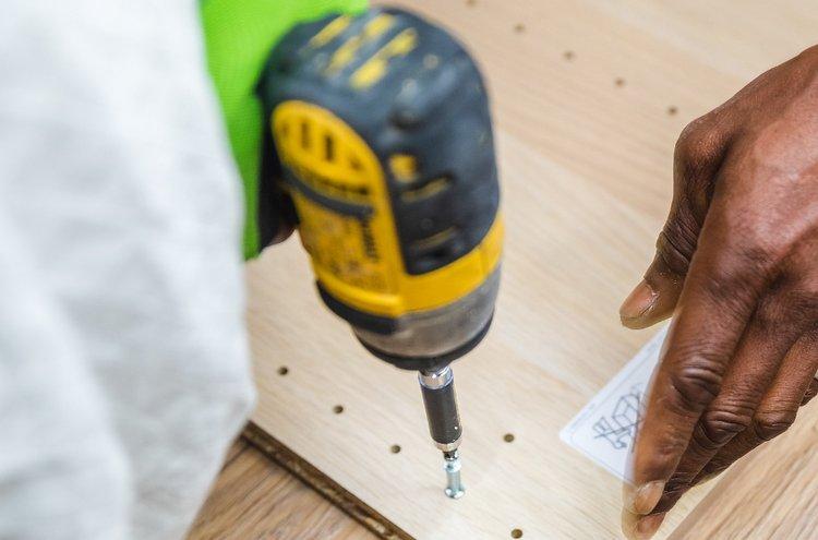Akkuporakone on kodin perustyökalu, joka sopii niin aloittelijan kuin kokeneen nikkarin käteen. Akkuporakoneita löytyy monessa hintaluokassa, joten laite kannattaakin valita etupäässä oman käytön ja kulutuksen mukaan.