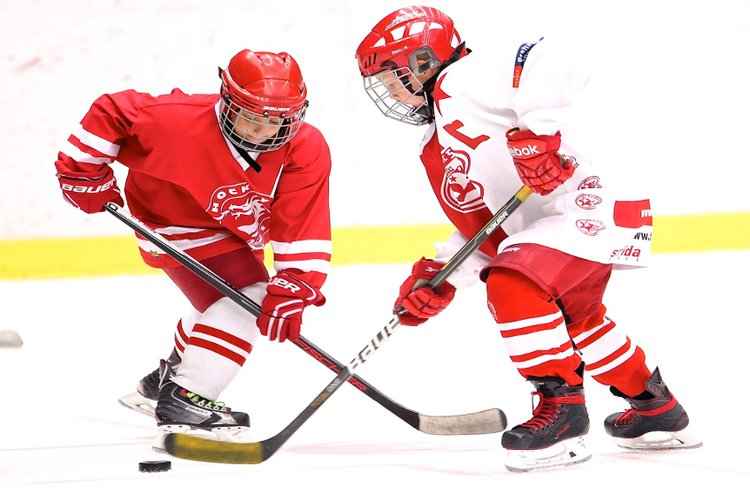 Oikeanlaiset jääkiekkotarvikkeet sekä kunnon varusteet ovat ehdottoman tärkeät myös junnukiekkoilijoiden peleihin ja treeneihin.