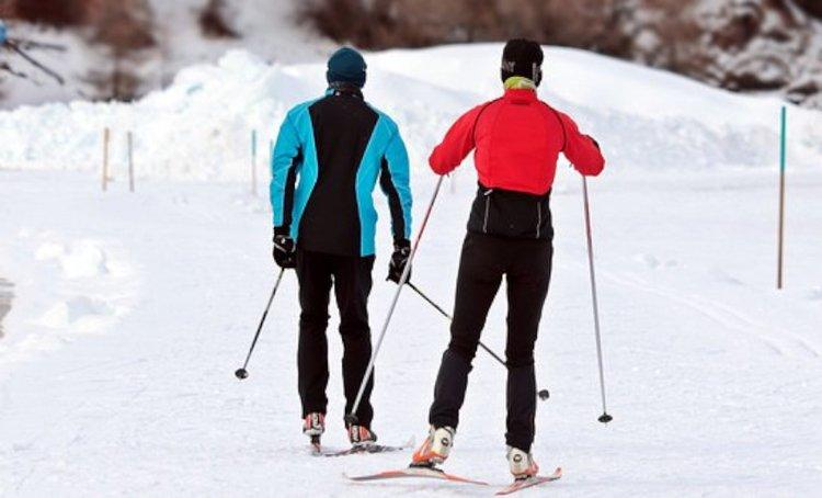 Naisten hiihtovaatteet ovat teknisesti toimivia sekä tyylikkän näköisiä.