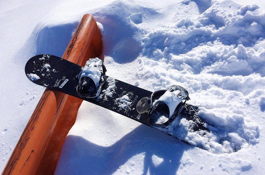 Lumilautaan valitaan sopivat lumilautasiteet laskijan mittojen, laskutyylin ja kokemuksen mukaan.