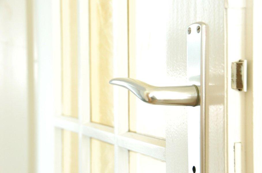 Helat ja pienrauta ovat kotimme kauniita yksityiskohtia. Niiden saumaton käyttö lisää myös asunnon turvallisuutta.