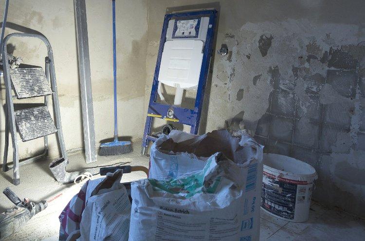 Kylpyhuoneremontti onnistuu myös itse tehden. Varmista, että laastit ja vesieriste ovat yhteensopivia keskenään. Parhaiten tämä onnistuu hankkimalla samanmerkkiset tuotteet remontin kaikkiin vaiheisiin.