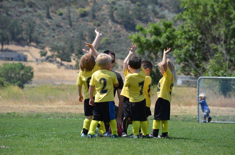 Hyvin istuvat lasten ja nuorten urheiluvaatteet takaavat riemukkaat liikuntahetket koko päiväksi!