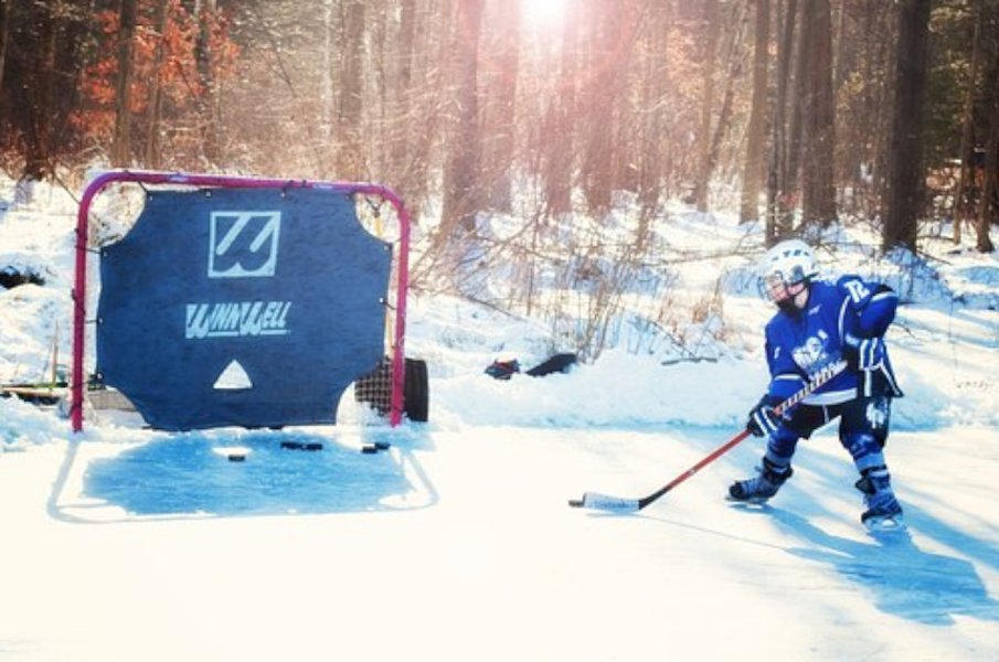Jääkiekko tarjoaa tehokasta liikuntaa sekä raitista ulkoilmaa kaikille harrastajille.