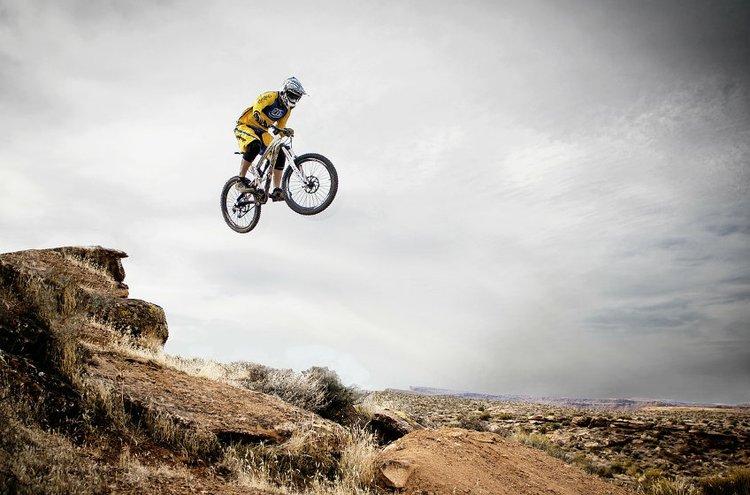 Maastopyöräily on vauhdikasta ja tehokasta liikuntaa.