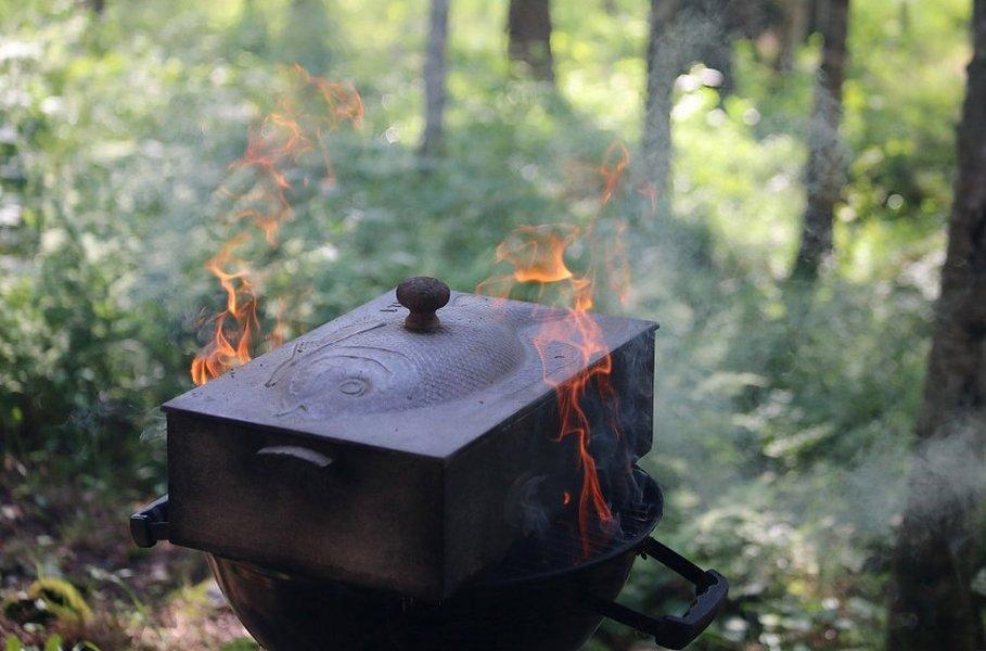 Perinteinen savustuslaatikko tuo kalaan tai lihaan uusia makuvivahteita.