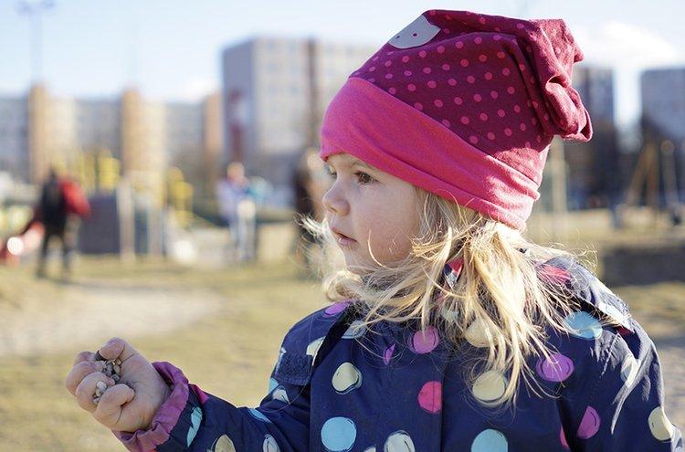 Välikausihaalarit suojaavat lapsia sateelta ja viimalta.