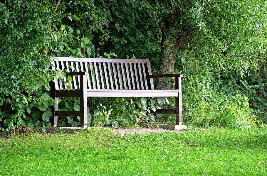 Puukalusteet ovat klassinen valinta puutarhaan.