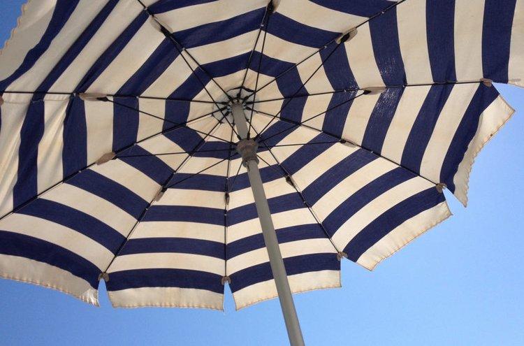 Tilaa verkkokaupasta aurinkovarjo ja nautiskele kesän hellepäivistä leppoisasti sen alla!