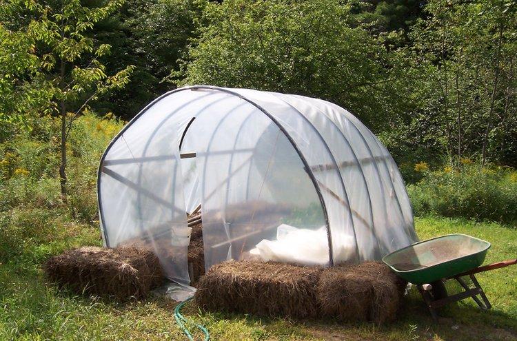 Kasvihuone on monen kotipuutarhurin haave. Muovisen kasvihuoneen saa pihalle hyvinkin edullisesti.