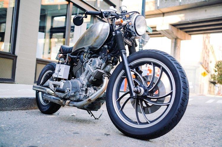Moottoripyörä on kallis investointi. Itse pyörän lisäksi hankittavana ovat liikennevakuutukset, ajovarusteet, lisä- ja varaosat. Ei pidä myöskään unohtaa  huoltotoimenpiteitä, uusia renkaita, öljynvaihtoja, bensoja, tallipaikkaa ja niin edelleen.