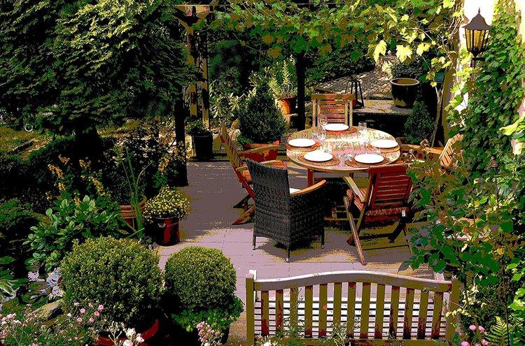 Polyrottinkikalusteet ovat suosittuja terassien ja puutarhojen sisustuksessa.