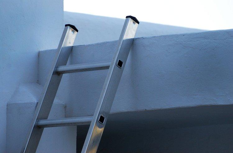 Tikkaat ja telineet ovat hyödyllisiä rakennustöissä ja varastoinnissa. Turvallisuusnormit ja standardit täyttävät jatkotikkaat ovat turvalliset ja keveät käyttää, mutta pidä huoli, että tikkaat seisovat tukevasti tasaisella alustalla.