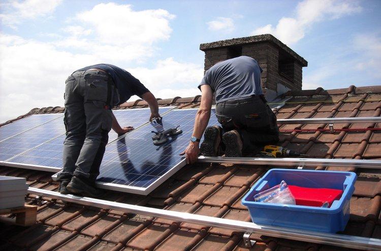 Aurinkopaneeleiden asennus omaan kotiin kiinnostaa suomalaisia yhä enemmän. Nykytekniikka ja samalla hintojen roima lasku on tehnytaurinkopaneelit taloudellisesti kannatavaksi hankinnaksi.
