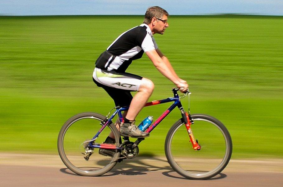 Miesten housut kaikenlaiseen urheiluun löydät parhaiten Kärkkäisen kautta. Esimerkiksi pyöräilyshortsit tarjoavat viileyttä mutta suojaavat hyvin takapuolta pyörän hankaukselta. Pyöräilyshortsit voivat olla kevyesti topatut tai täysin ilman pehmusteita.