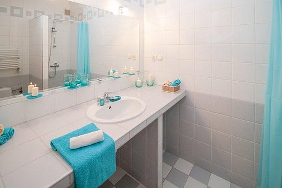 Kylpyhuoneen voi sisustaa tyylikkääksi sekä toimivaksi.