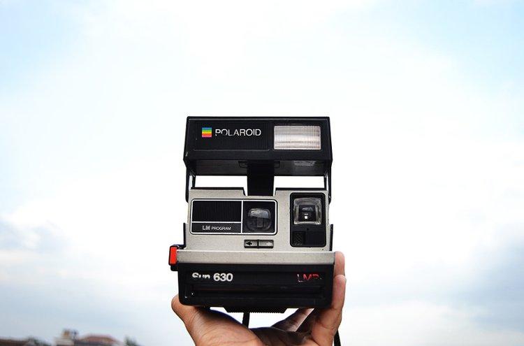 Pikakamerat ja filmikamerat ovat nousseet uuteen suosioon. Polaroid-kuvissa on hetken taltioimisen ainutlaatuinen tunne.