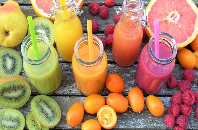 Vitamiinit kannattaa nauttia purkista, jos ravinto ei ole riittävän monipuolinen tai kärsit puutosoireista. Hedelmät ja marjat ovat hyviä C-vitamiinin lähteitä.