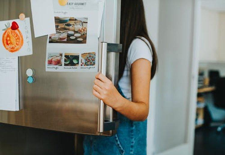 Jääkaappi pitää elintarvikkeet raikkaina ja tuoreina.