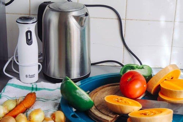 Tyylikäs vedenkeitin sopii pidettäväksi esillä keittiön pöydällä.