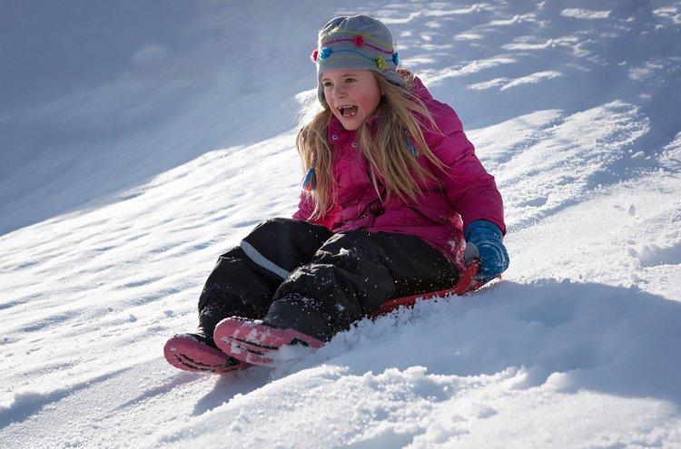 Lapset pysyvät harvoin pelkästään pystyasennossa lumessa peuhatessaan. Siksi ulkoiluhousut kuuluvat ehdottomasti jalkaan talvikeleillä.