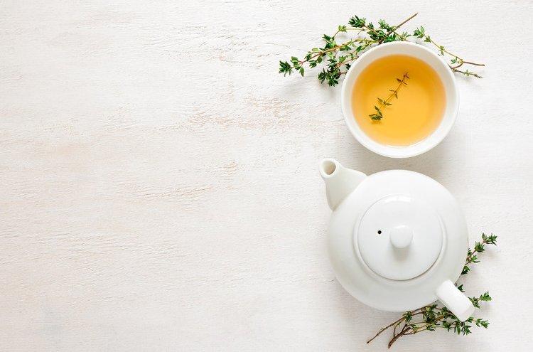 Höyryävä kupillinen teetä lämmittää mieltä ja kehoa.
