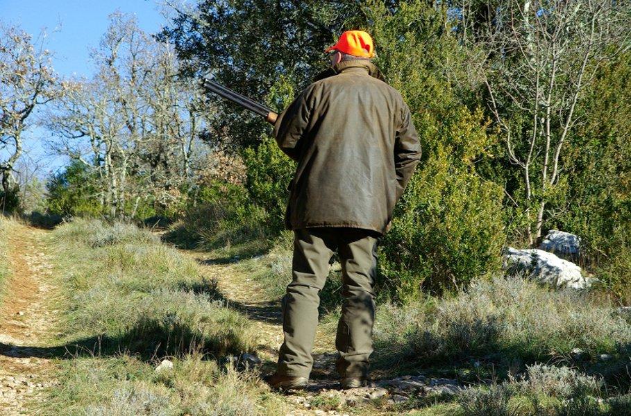 Metsästystakin tulee soveltua maastoon. Muistathan kuitenkin että lain mukaan hirven- ja peuranpyyntiin täytyy varustautua oranssilla takilla tai liivillä sekä päähineellä.