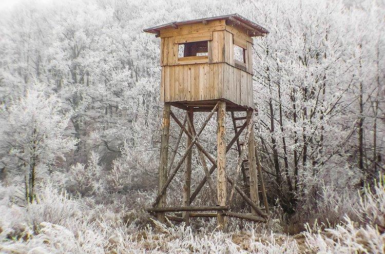 Väliasu on omiaan pitämään metsästäjän lämpimänä silloin, kun passissa ollessa kylmä alkaa vähitellen hiipimään ihon alle.