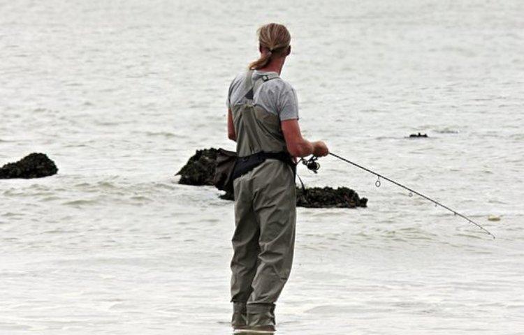 Kestävät kahluuhousut mahdollistavat kalastuksen vedestä käsin.