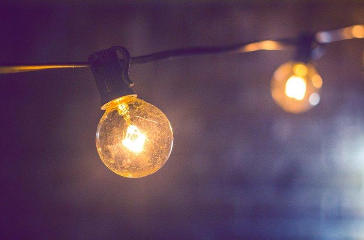 Ulkovalot voivat olla paljon muutakin kuin vilkkuvia jouluvaloja. Vanhanaikaisia hehkulamppuja muistuttavat valonauhat koristavat pihamaata jo syksyn hämäristä lähtien.
