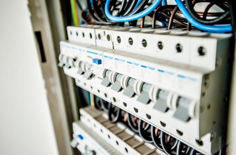 Kaapelit kuljettavat sähköä sisällä talossa. Nykytekniikan ansiosta kaapeleiden määrä voi olla melkoinen!