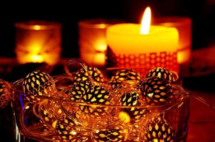 Paristokäyttöiset jouluvalot mahdollistavat ihanien asetelmien valaisemisen.