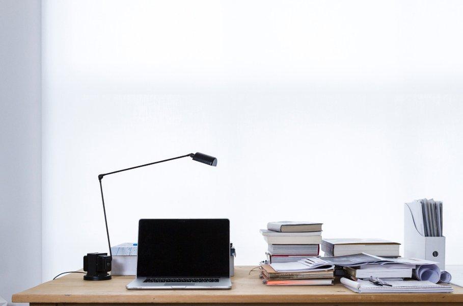 Tehokas pöytävalaisin luo kirjoituspöydän ylle miellyttävän työskentelyvalon.