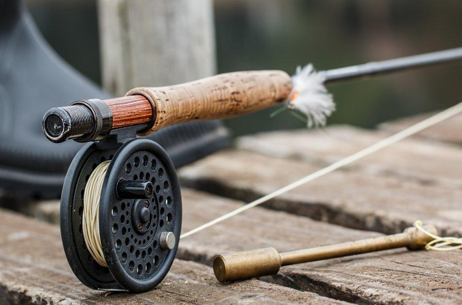 Yksinkertaisen perhokelan on tarkoitus lähinnä säilyttää siimaa. Monet nykypäivän kelat on kuitenkin varustettu jarrulla, joka helpottaa isompien kalojen väsyttämistä.