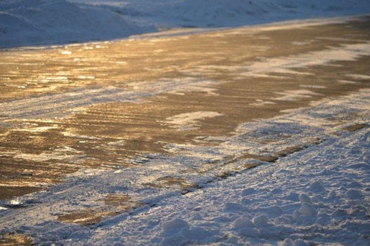 Jäiset tiet eivät ole esteenä reippaalle ulkoliikunnalle talvellakaan, jos jaloissa on pitävät nastakengät!