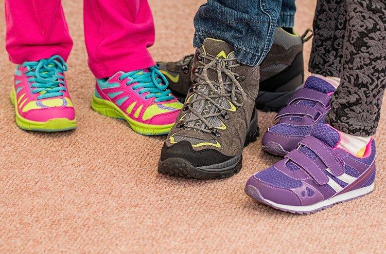 Suomalaisten helmasynti on askeltaa liian pienissä jalkineissa - tämä koskee myös lapsia. Huolehdi, että jalalla on uusissa kengissä tarpeeksi kasvunvaraa, mieluiten 1,7 senttiä.